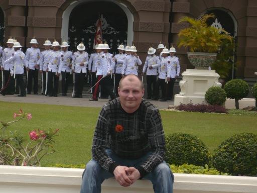 На фоне построения тайских солдат