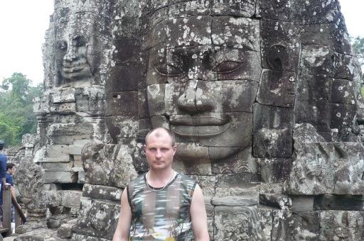 На фоне Будды