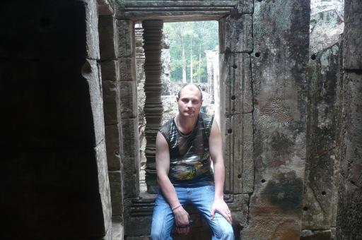 В оконном проеме одной из башен храма Анкор Ват