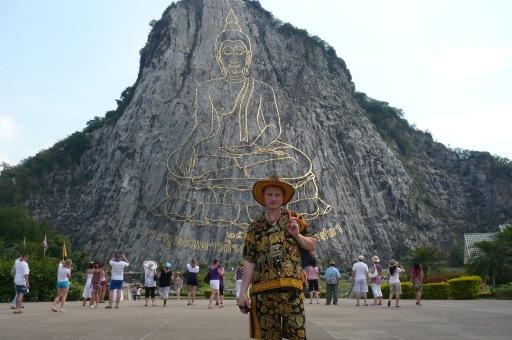 Самое большое изображение Будды (из золотых пластин)