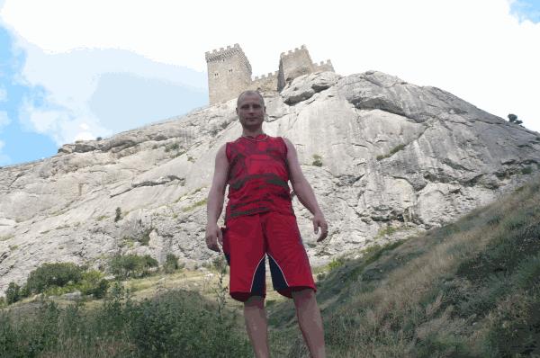 На фоне Генуэзской крепости